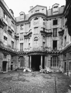 Courtyard Hotel De Beauvais